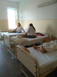 Batranica plangand in Spitalul din Turnu Magurele: nici paine nu ne mai da.