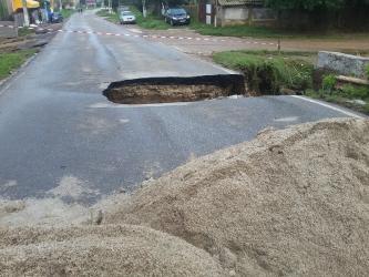 Drumul s-a surpat in comuna Lita.