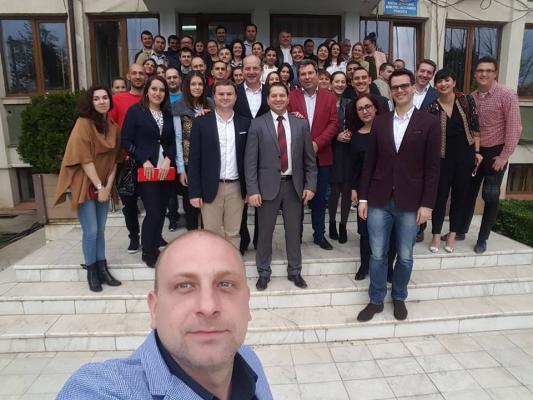 Grup de angajati( calificare inalta in pupincurism) fericiti de  la fabricile PSD din Alexandria.