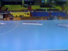 """Sala """"Traian"""" din Ramnicu Valcea in asteptarea meciului din Liga Campionilor la handbal feminin a"""